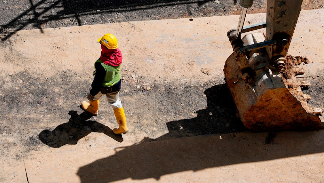 Un operario camina en una faena de Codelco - Mine Class